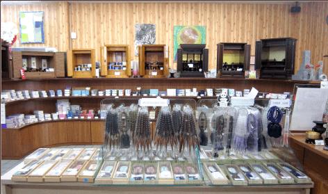 仏壇仏具をたくさん展示しております
